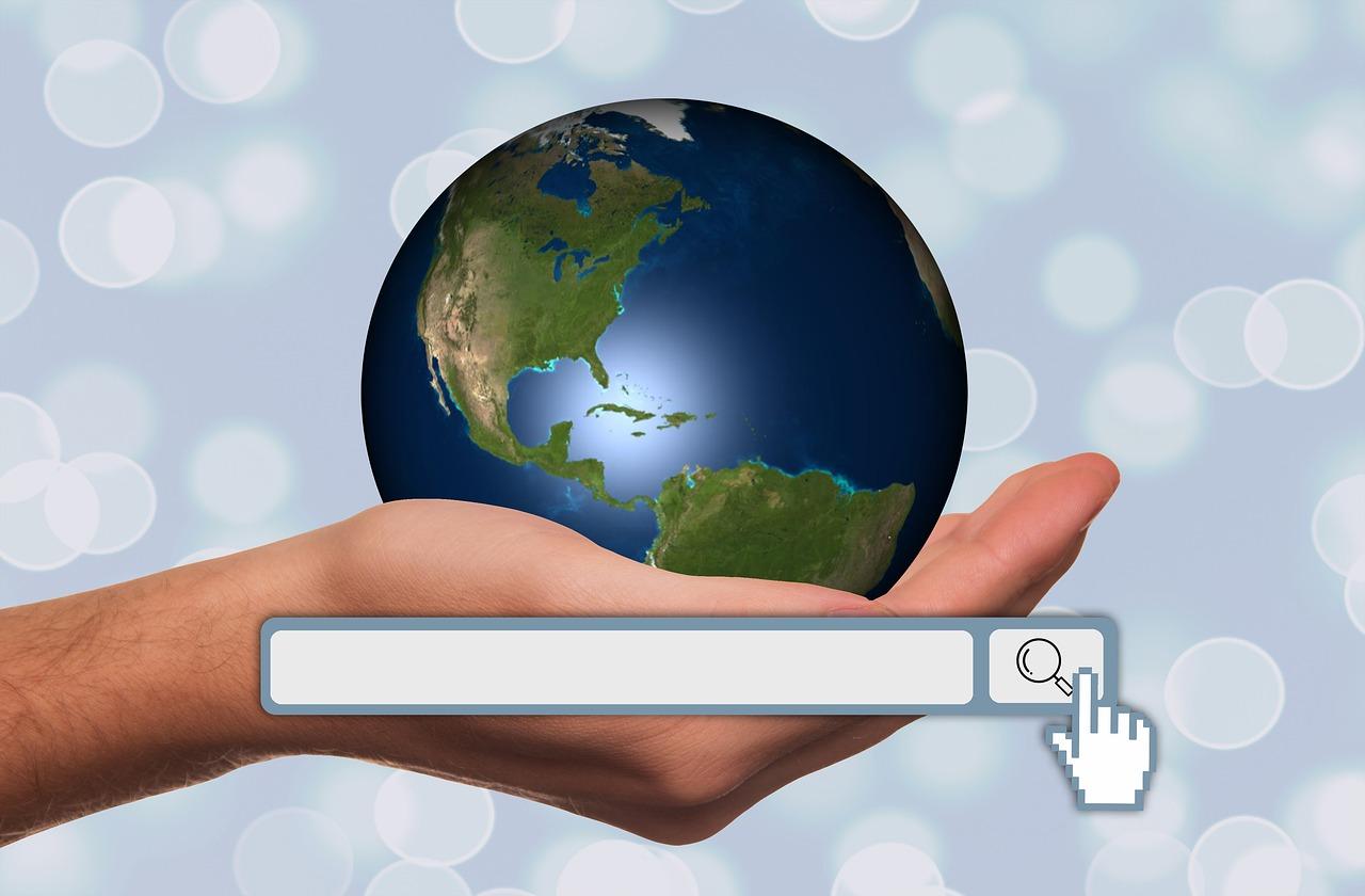地球を手で持っている画像