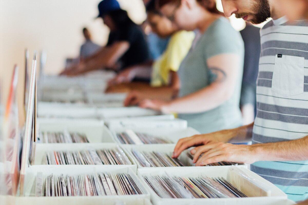 レコードを選んでいる画像