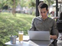 PCで作業する男性